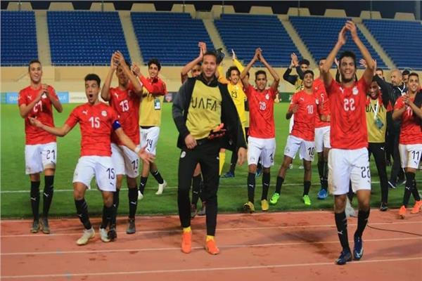 لاعبو منتخب الشباب يحتفل مع الجماهير بالصعود لنصف نهائي كأس العرب