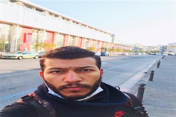 حسام عند نزوله لشراء احتياجاته ويظهر الشارع خلفه خالي تماما