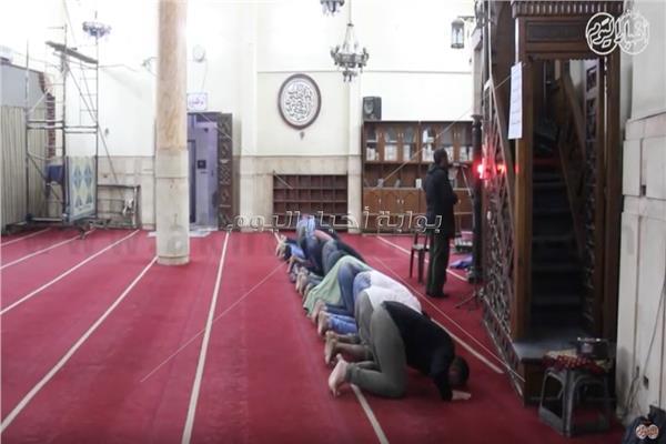 عدد قليل من المصلين في المسجد