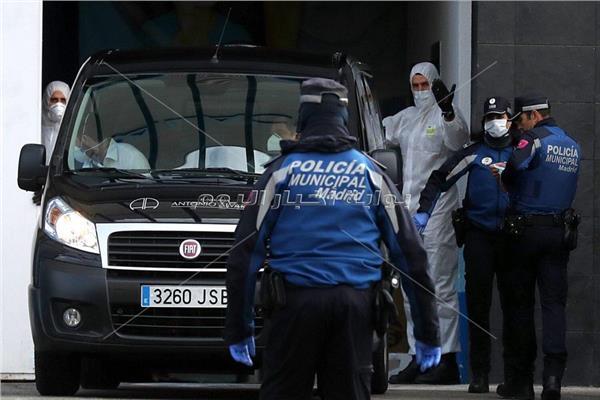 قوات الشرطة اثناء نقل الجثث إلي قصر الثلج اليوم