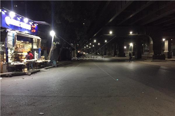 الشاوارع خالية بعد دقائق من فرض حظر تجول