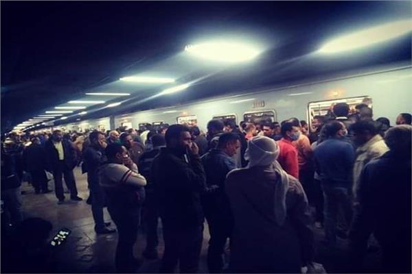 صورة ترصد تكدس المواطنين بمترو الأنفاق القطارات قبيل الحظر