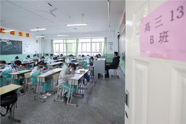طلاب الصين يستأنفون الدراسة بالمدارس