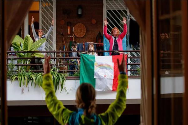 إيطاليون يتحدون كورونا في كل المدن