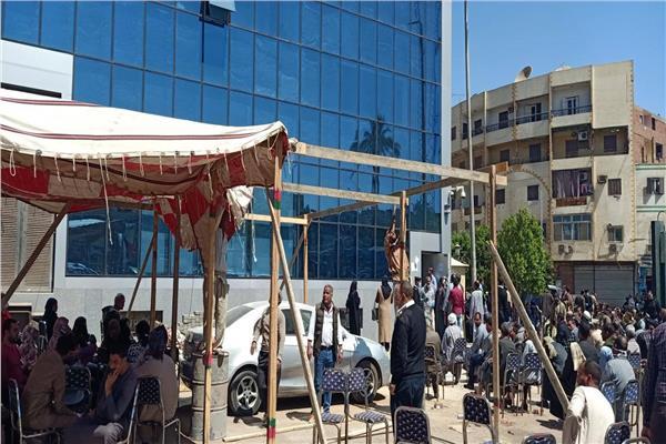 خيم وسرادق وساحات انتظار أمام البنوك