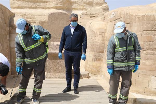 وزير السياحة يباشر عملية تعقيم احد فنادق الجيزة