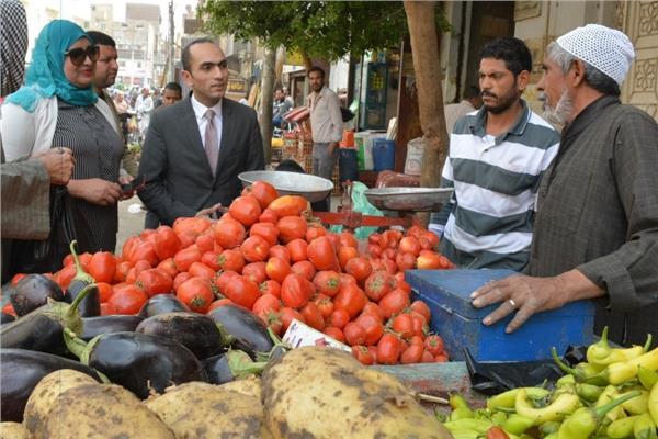 """نائب محافظ سوهاج يتفقد سوقي """"الشهيد والسيالة"""""""