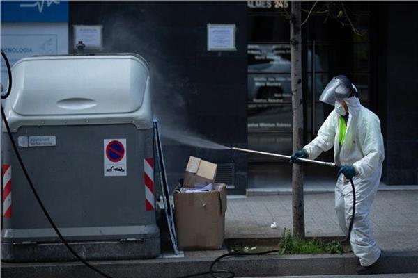 مراحل التطهير لجميع صناديق القمامة في الشوارع