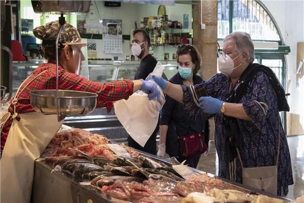 المواطنون يحافظون على الاجراءات الاحترازية في محلات التجزئة بعد السماح بفتحها