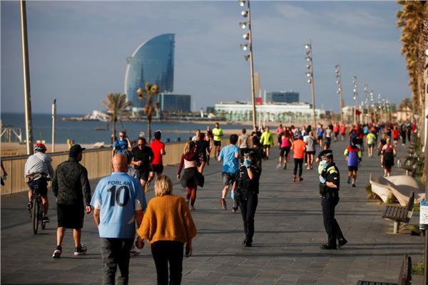 افتتاح بعض الشواطئ في بعض المدن الإسبانية وحذر من فيروس كورونا
