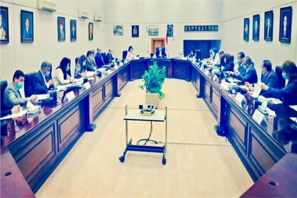 وزير السياحة يترأس اجتماع لجنة الأزمات