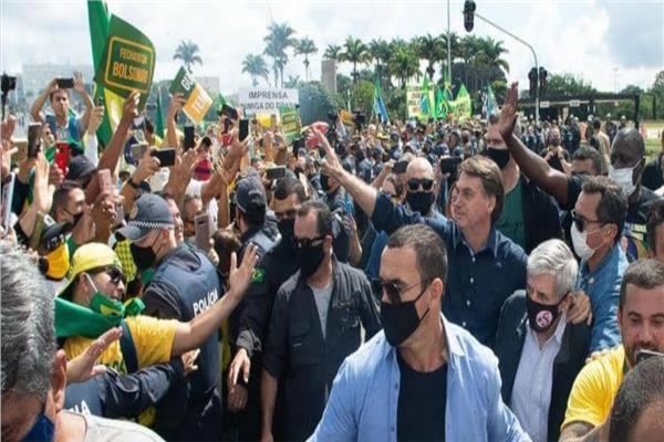 الرئيس البرازيلي يشارك في مسيرة بدون كمامة