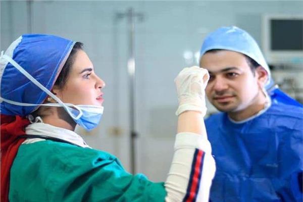 طبيبة ومريض داخل مستشفي عزل