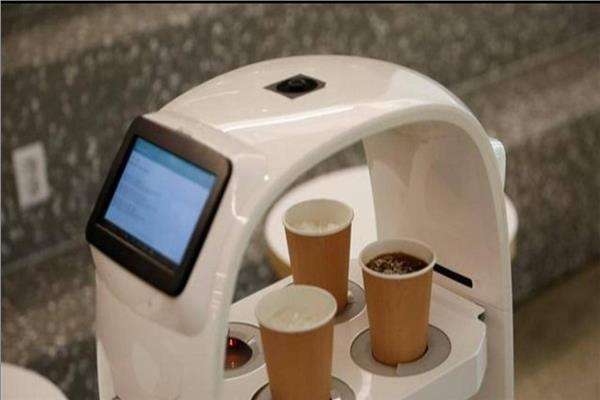 روبوت يصنع القهوة ويقدم المشروبات للزبائن