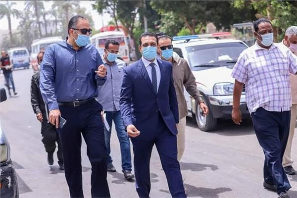 نائب محافظ قنا يقوم بجولة ميدانية للتأكد من ارتداء الكمامات في عدة مواقف