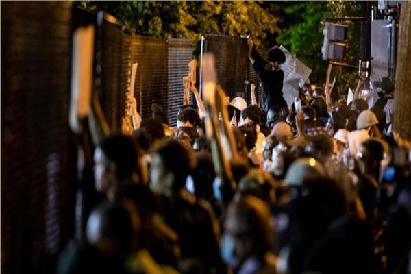 آلاف المحتجين يتحدون حظر التجول في أمريكا