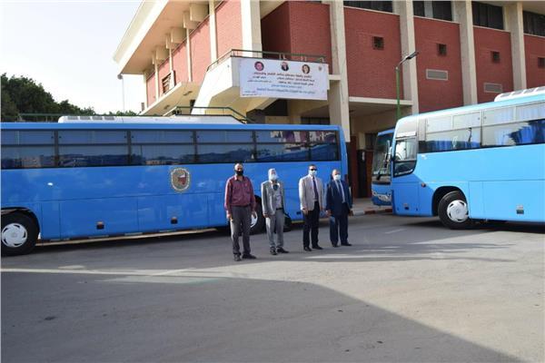 احمد عزيز رئيس جامعة سوهاج يتفقد اتوبيسات الجامعة الجديدة