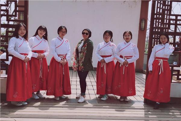 إيناس مع مجموعة من الصينيين