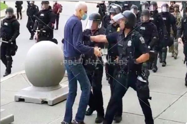 إيقاف ضباط شرطة في <بافلو> دفعوا متظاهرا أرضا...واستقالة جماعية من جانب زملائهم