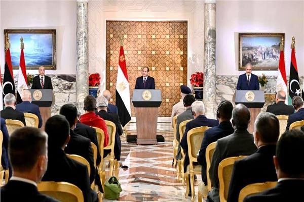 الرئيس السيسي والمستشار عقيلة صالح والمشير خليفة حفتر خلال المؤتمر