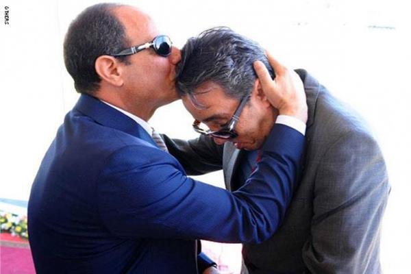 الرئيس السيسي  يقبل رأس العميد ساطع النعماني