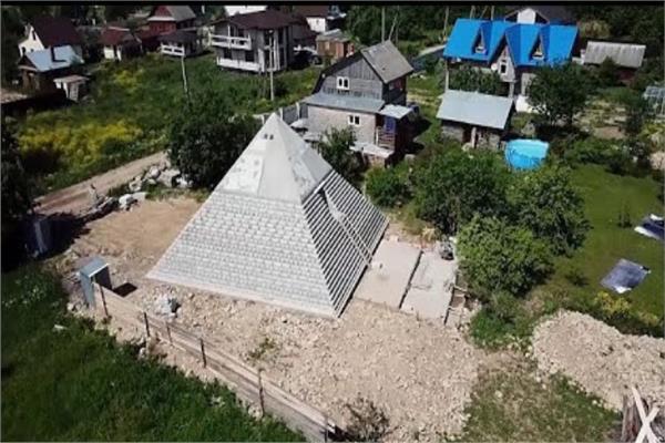 زوجان روسيان يبنيان هرمًا في حديقة المنزل