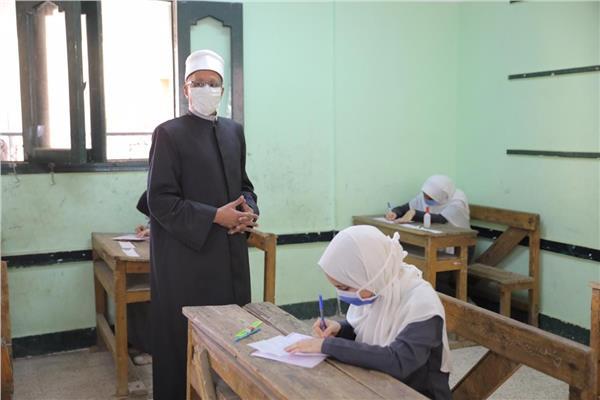طلاب الثانوية الأزهرية «علمى» يؤدون امتحان الفيزياء