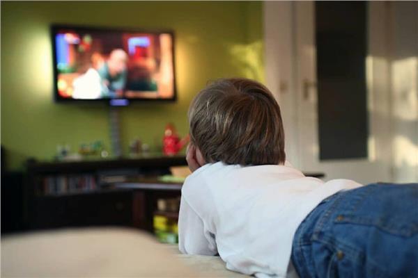 للأمهات الجدد.. تعرفي على أعراض «توحد التلفزيون» لطفلك