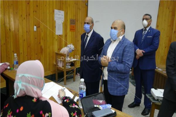 """""""رئيس جامعة المنيا"""" يتفقد امتحانات الفرق النهائية بـ """"طب الأسنان"""""""