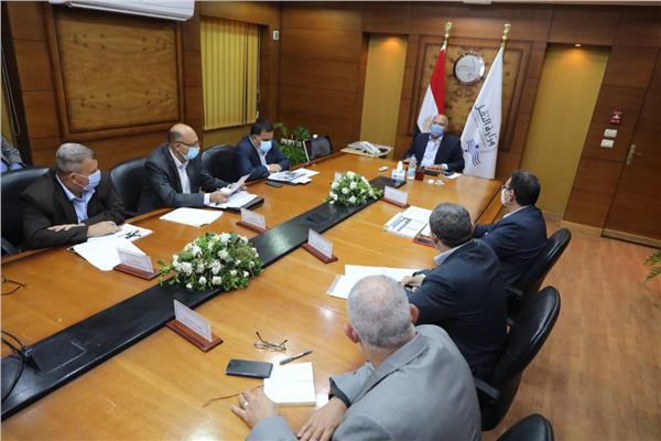"""""""الوزير"""" يتابع مشروعات تطوير محطات ومزلقانات السكك الحديدية"""