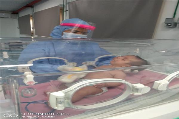 تعافي أصغر مصاب بفيروس كورونا وخروجه من الساحل التعليمي