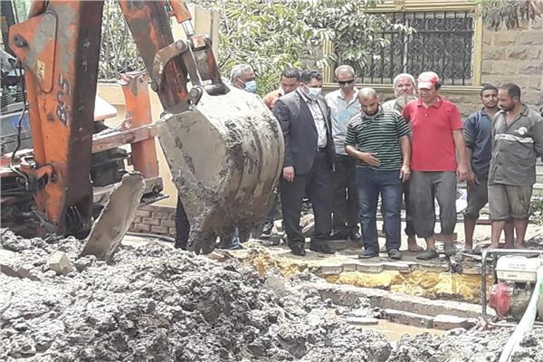 نائب محافظ القاهرة يتابع كسر ماسورة مياه بالزاوية الحمراء
