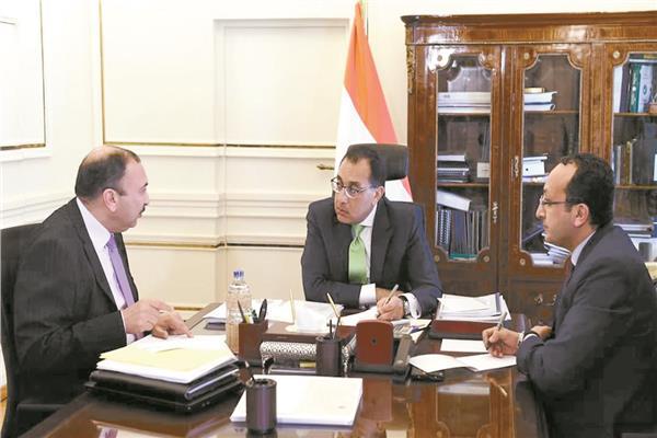 رئيس الوزراء ومدير منظومة الشكاوى الحكومية الموحدة أثناء متابعة عمل المنظومة