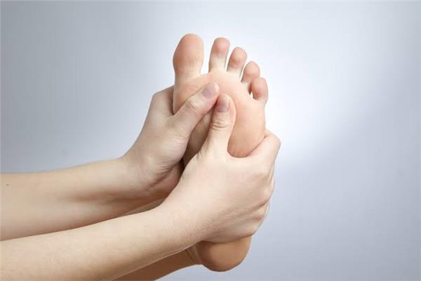 جراح أوعية دموية يوضح أسباب وأعراض حرارة القدمين