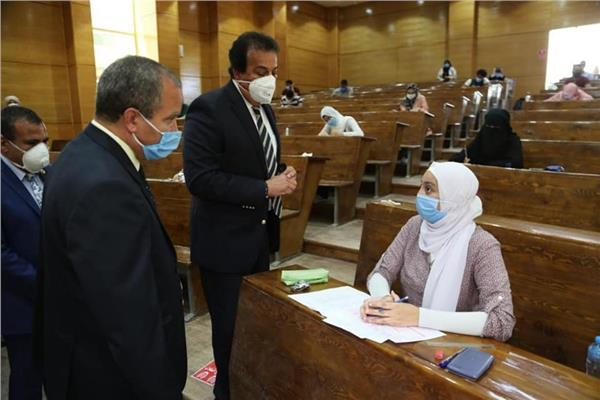 وزير التعليم العالي يتفقد لجان الامتحانات بكلية العلوم بجامعة السويس