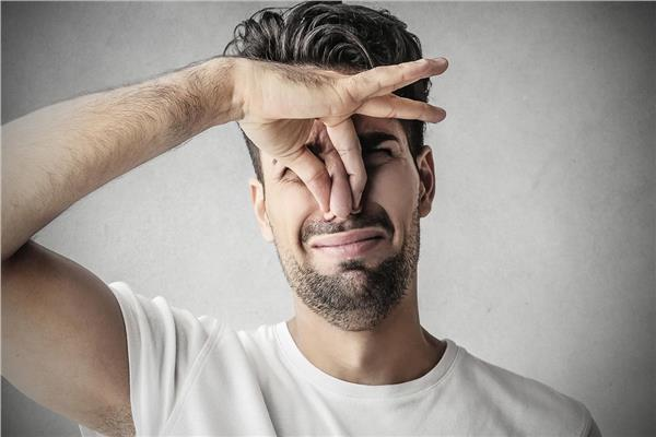 متلازمة رائحة السمك.. شعور مؤلم بـ«العفن» تخففه وصفات العطارين