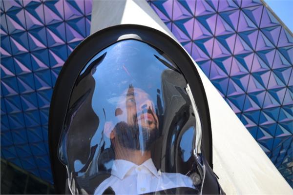 البدلة المبتكرة تجعل القارئ شبيه بـ رائد فضاء