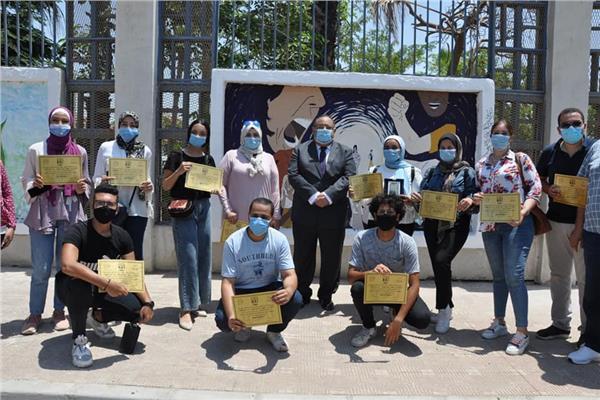 تجميل سور جامعة حلوان بلوحات إبداعية