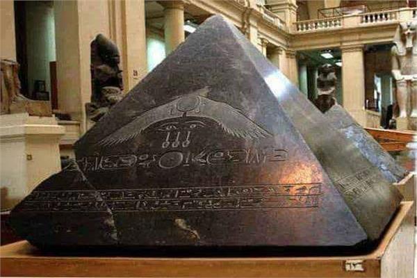 هرم الفراعنة الهابط من «الفضاء».. أسود وأملس ومنحوت بـ«الليزر»