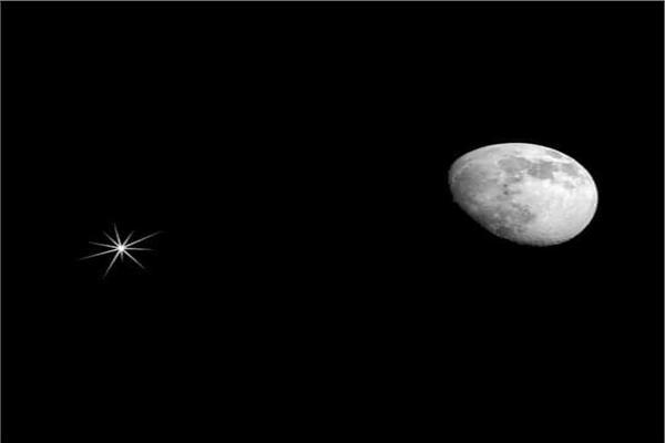 القمر يقترن بعملاق نظامنا الشمسي