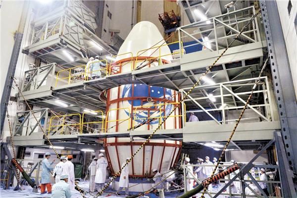 يقوم الموظفون بفحص القمر الصناعى قبل الإطلاق