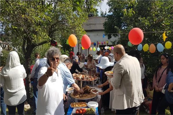 بالفتة واللحمة الجالية المصرية في برلين يحتفلون بعيد الأضحى