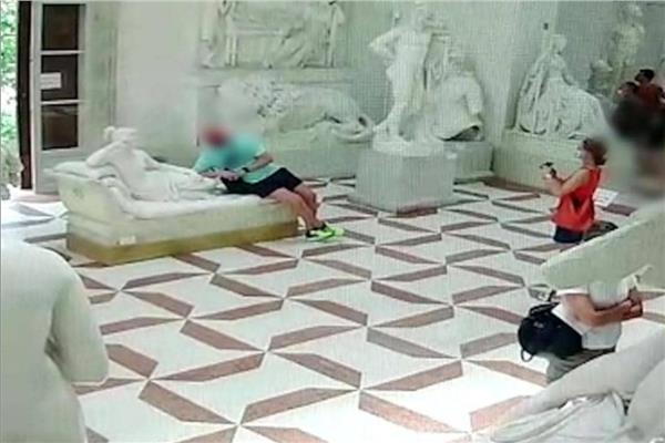 سائح يتلف تمثال عمره 200 عام بسبب «صورة»