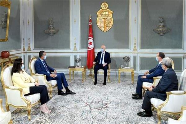 الرئيس التونسي قيس سعيد في اجتماع مع وزير دفاعه