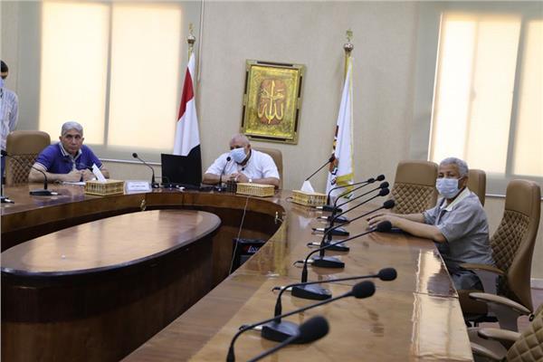 خلال اجتماع محافظ الوادي الجديد اللواء محمد الزملوط محافظ الوادي الجديد مع رؤساء الوحدات المحلية