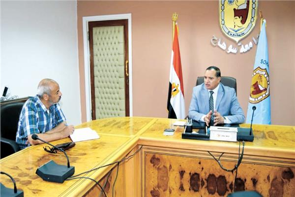 رئيس جامعة سوهاج اثناء حواره مع « الأخبار»