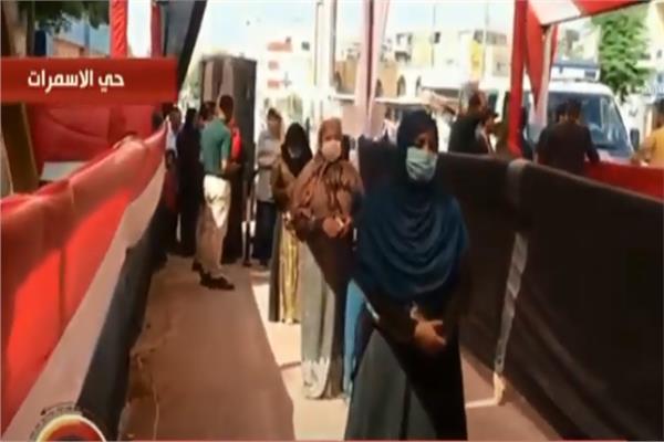 سيدات حي الأسمرات يتصدرن المشهد من أمام إحدى اللجان الانتخابية