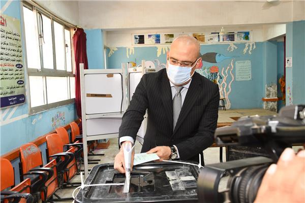 الدكتور عاصم الجزار، وزير الإسكان والمرافق والمجتمعات العمرانية،يدلي بصوته في انتخابات مجلس الشيوخ