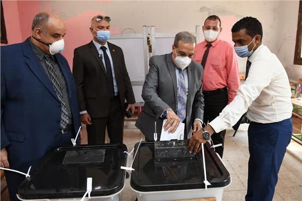 المهندس محمد أحمد مرسي وزير الدولة للإنتاج الحربي بصوته فى انتخابات مجلس الشيوخ