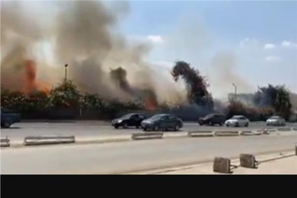 5 سيارات لإخماد حريق ميدان الرماية